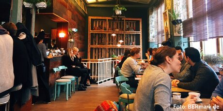 "Besetztes Café ""House of small wonder"""