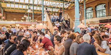 Many visitors in the Markthalle Neun at Streetfood Thursday