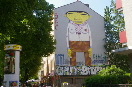 Streetart in Berlin: Mural The Yellow Man von Os Gemeos