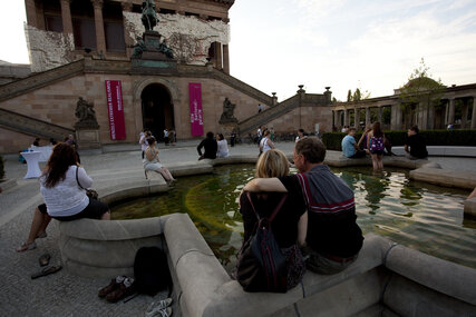 People sitting around the fountain in front of Alte Nationalgalerie