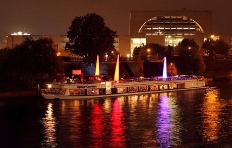 "Ship in front of the German Chancellery at the festival ""Berlin leuchtet"""