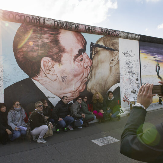"""Bacio fraterno"" all'East Side Gallery Berlin"