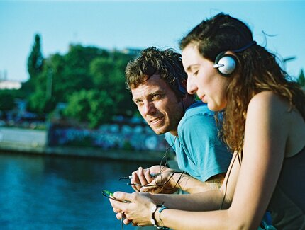 Audio tours Stadt im Ohr. Two user on a bridge in Berlin.