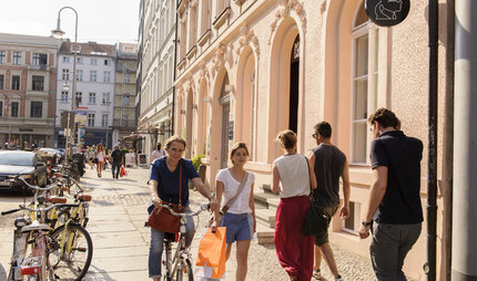 People walking on the pavement in the Scheunenviertel shopping quarter